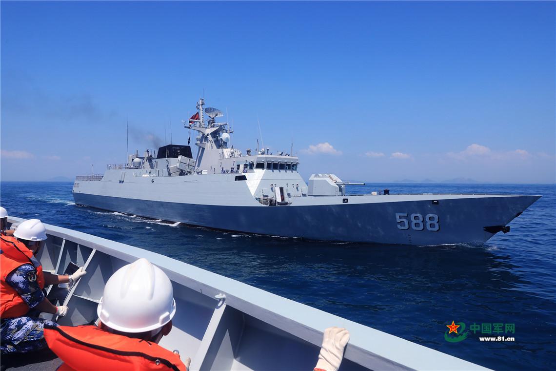 泉州舰按照既定方案向潮州舰靠近。