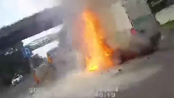 电动货车追尾校车起火,骑警试图拉开车门救司机未果