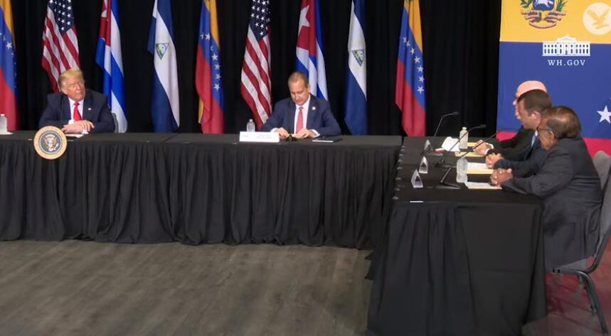 特朗普在佛罗里达州的会议上发言。图源:《独立报》视频截图