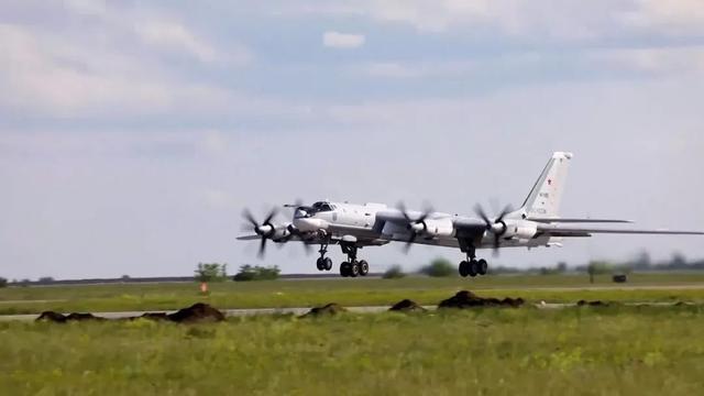 普京亲自下令!15万俄军出动,10架战机罕见同框
