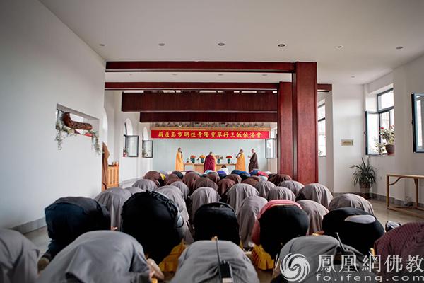 法会现场(图片来源:凤凰网佛教 摄影:明性寺)