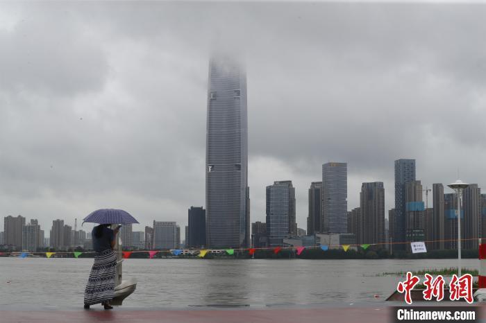 资料图:武汉汉口江滩水位上涨 张畅 摄