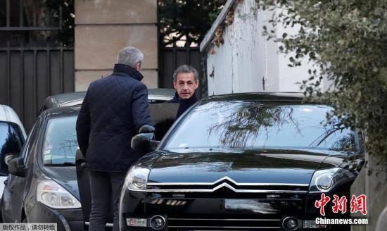 当地时间3月21日,法国巴黎,法国前总统尼古拉·萨科齐准备乘车离开家。因涉嫌接受利比亚前领导人卡扎菲竞选资金,法国前总统萨科齐20日在巴黎西郊城市楠泰尔被警方拘留。萨科齐为何突然被抓?法媒称,多位卡扎菲时期利比亚前要人可能递交了新证据。