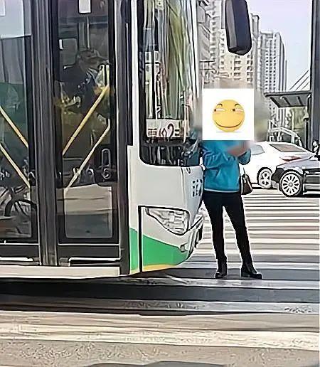 【迪士尼国际注册】_都是狠人!沈阳女子肉身拦公交,司机顶着她往前开赔偿1000元