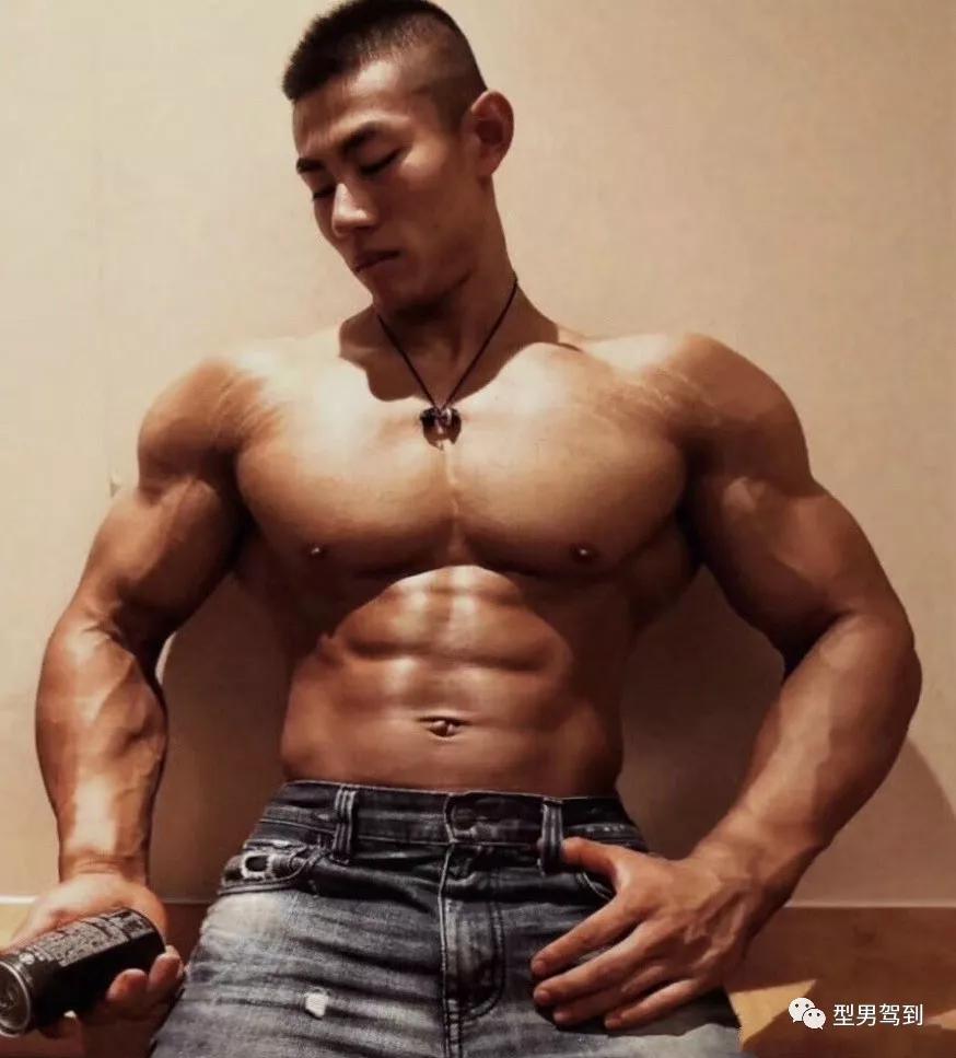22岁北京最强大学生,这肌肉谁能抗得住啊