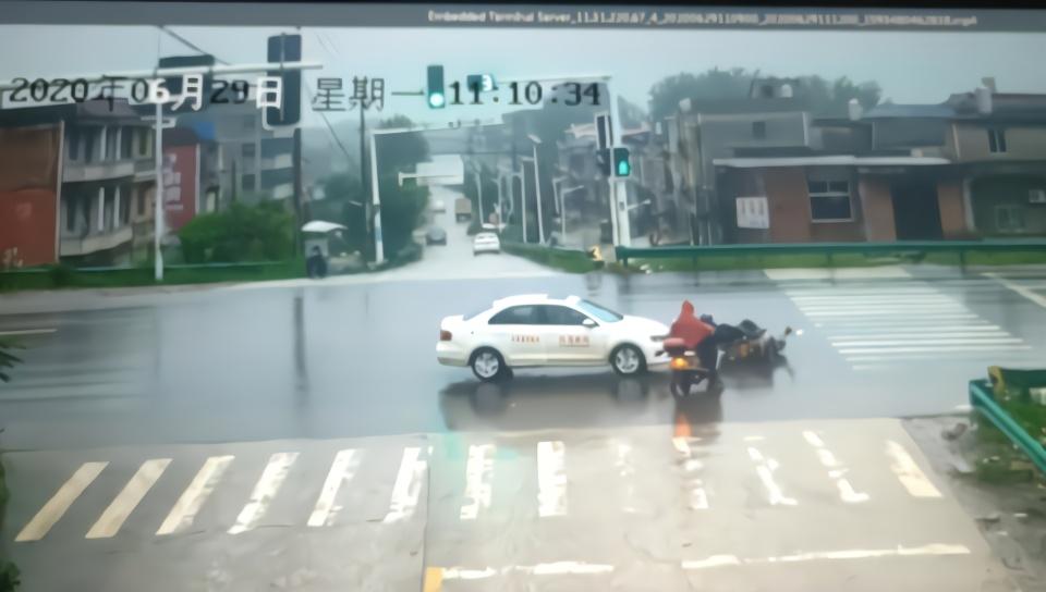 女学员开教练车闯红灯撞倒摩托车,随车教练竟授意其逃逸