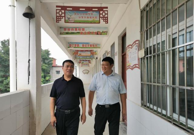 赵丽祥(左)在邵庙小学了解教学情况 (王向灵摄)
