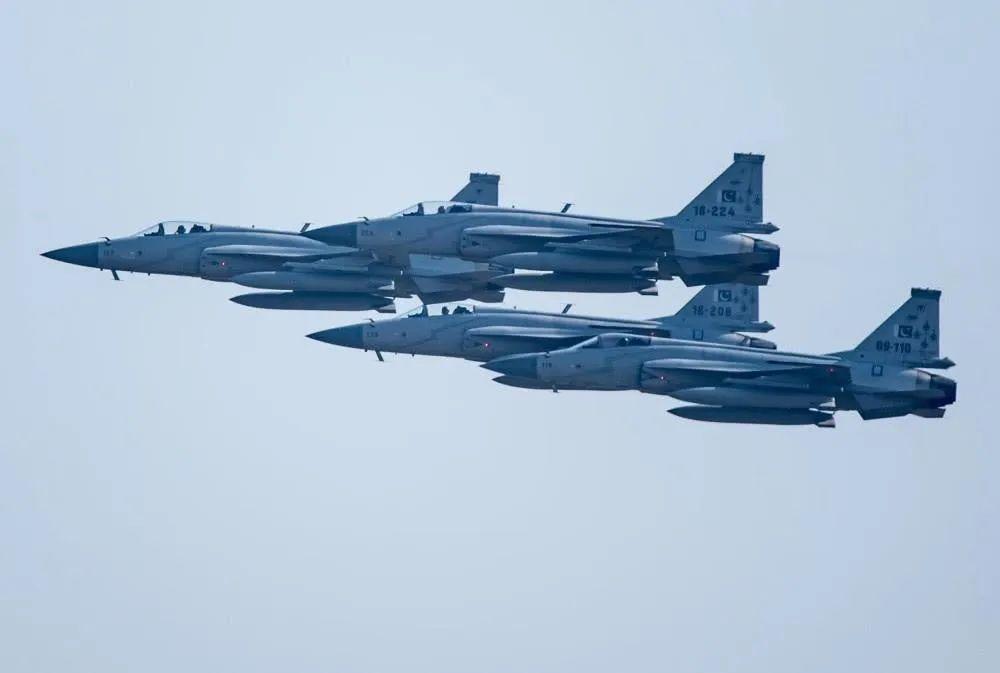印度又被俄罗斯骗了,200架重型战机性能不达标,还没歼10飞得快!