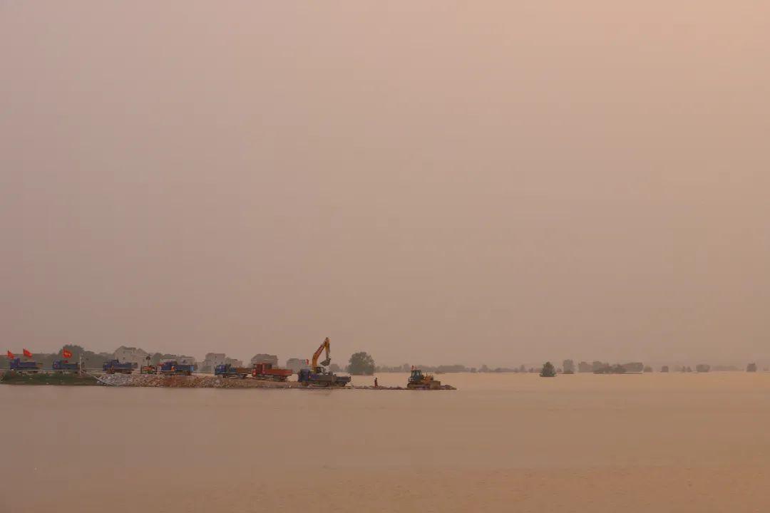 中洲圩堤两侧陷入洪泽,一片浑浊。