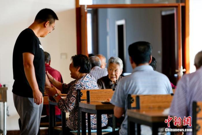 资料图:养老机构的老人(图文无关) 中新社发 陆欣 摄