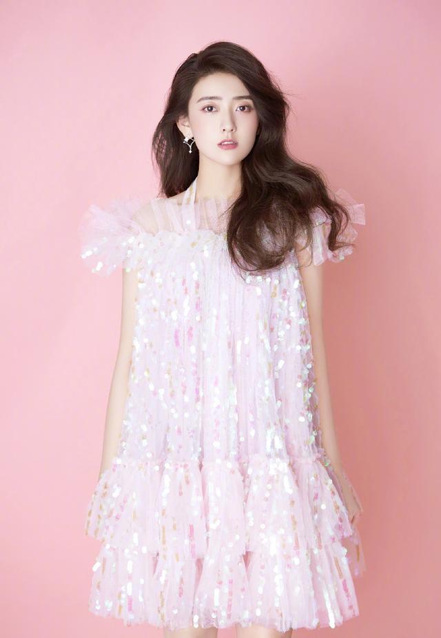 气质美少女来了,梁洁穿樱桃印花套装甜美大方,让你心动了吗