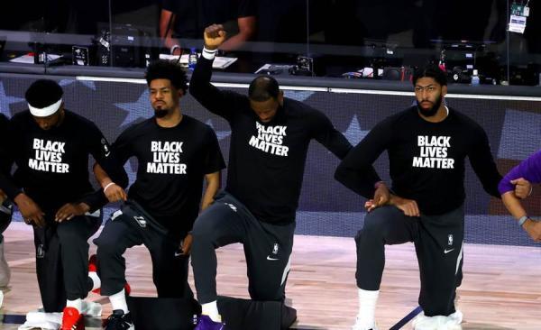 復賽后,洛杉磯湖人全隊下跪抗議。