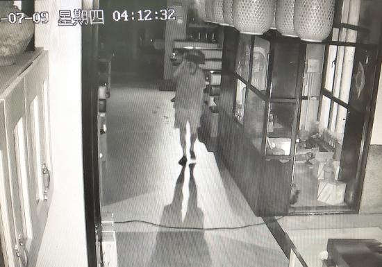 【亚洲天堂搜索优化】_珠宝店老板盗窃被拘,坐拥两套房吃住却在车上,前妻:他净身出户