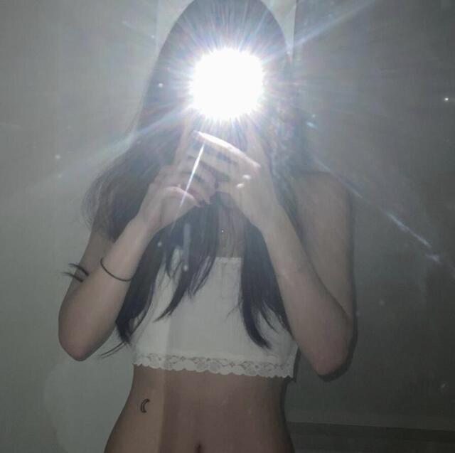 李咏18岁女儿穿吊带秀好身材,腰间月牙纹身吸睛