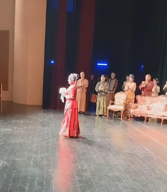 刘晓庆再演少女:一身红衣婀娜,为答谢观众跪地