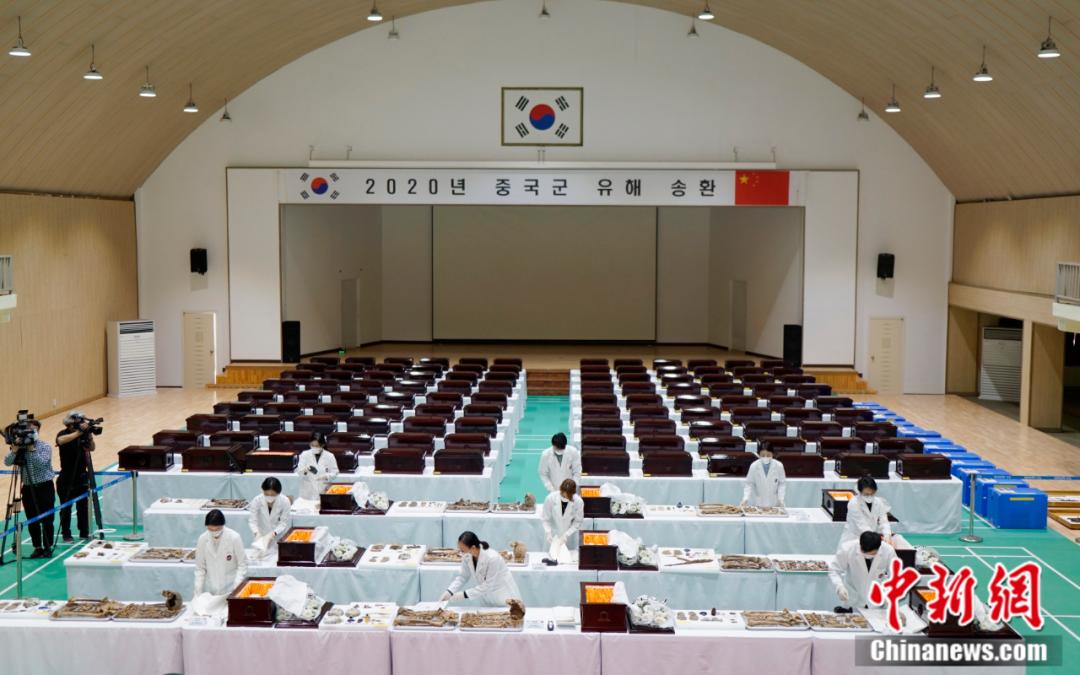 中韩9月26日在韩国仁川举行第七批在韩中国人民志愿军烈士遗骸装殓仪式。图为装殓仪式现场。曾鼐 摄