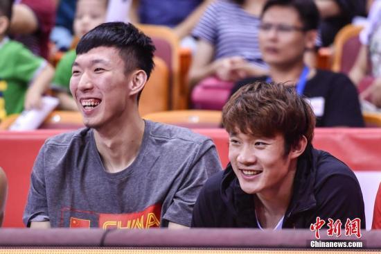 7月23日,中国男篮红队队员丁彦雨航、周琦在替补席上为球队助威。当日,2017斯坦科维奇杯洲际篮球赛在深圳进行决赛日的比赛,中国男篮红队最终以90比64胜埃及男篮,获得第三名。 中新社记者 陈骥旻 摄