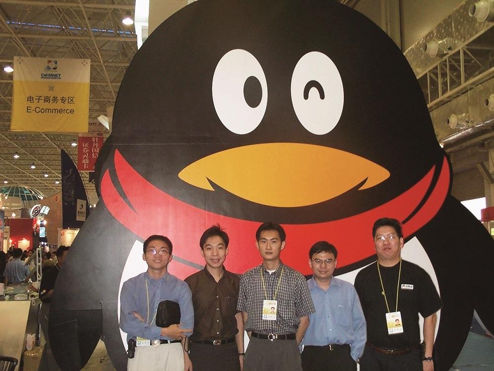 2000年10月的中国国际高新技术成果交易会上,戴着红色围巾的胖圆企鹅形象已与日后无异。