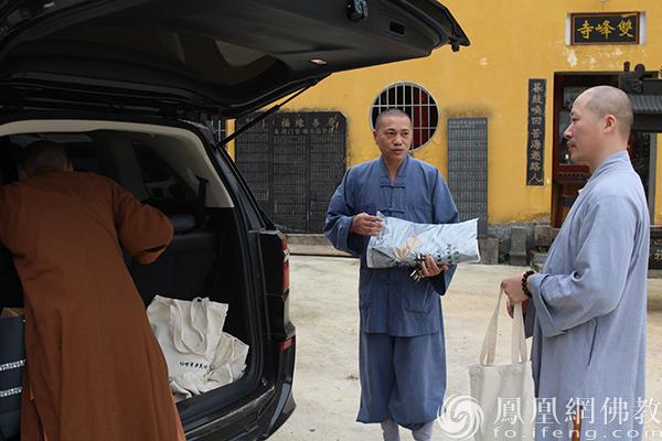 学证法师一行走访双峰寺,为僧众送上慧海公益中秋福德包。(图片来源:凤凰网佛教)