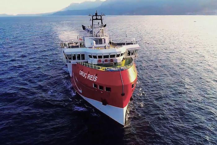 2020年8月12日,土耳其安塔利亚西部,土耳其国防部发布土耳其海军舰艇护航Oruc Reis科考船在地中海航行照片。