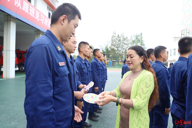 【迪士尼彩乐app】_一位天津港爆炸牺牲消防员母亲的5年