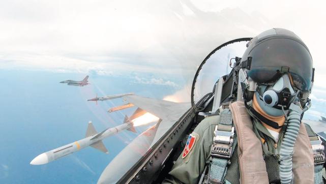 台军F-16战机在射击训练中发射AIM-7麻雀导弹(资料图)