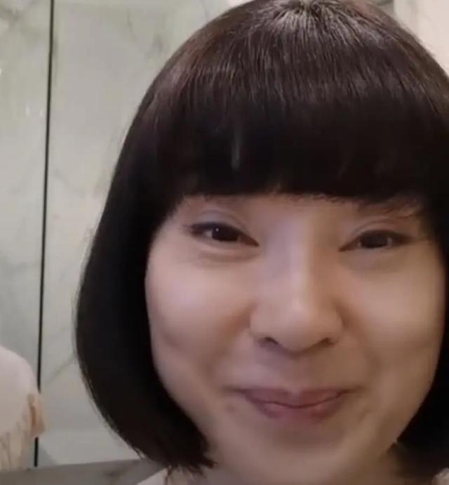 陈红罕见露面辟谣生病传闻,52岁被疑整容大变脸?
