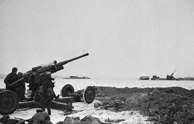 上图_ 莫斯科保卫战,苏联士兵正在作战
