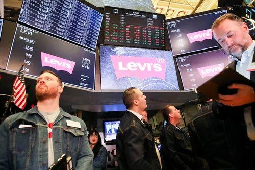 2019年3月21日,身着牛仔装的交易员在美国纽约证券交易所工作。新华社发