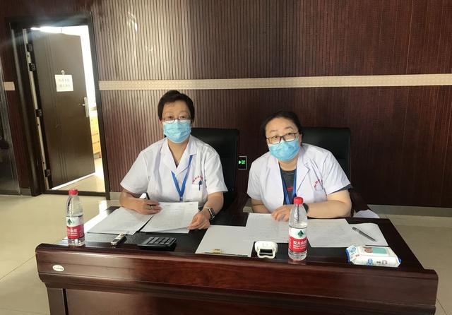 贺豪杰(图左)担任自治区住陪医师结业考核考官