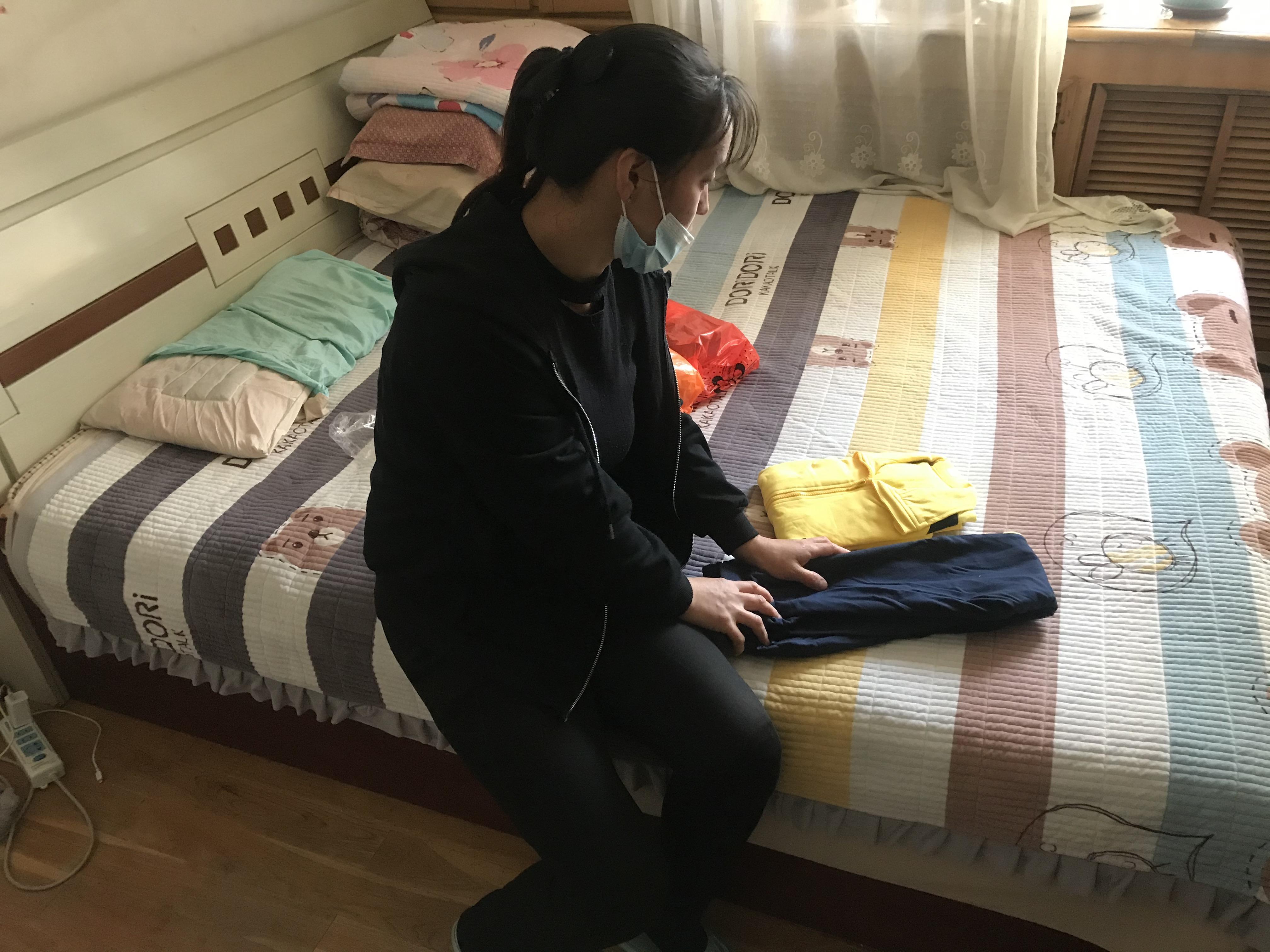 贺美玲买了一身校服,在忌日时烧给淇淇。澎湃新闻记者 沈文迪 图