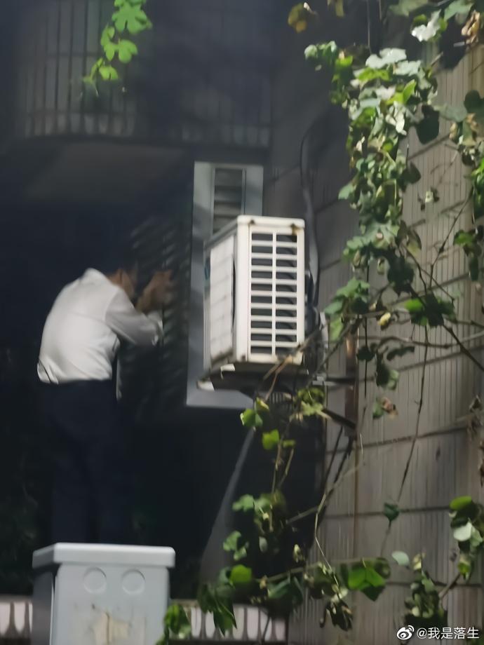 一男子被指在东南大学内偷拍女浴室(来源:微博账号@我是落生)