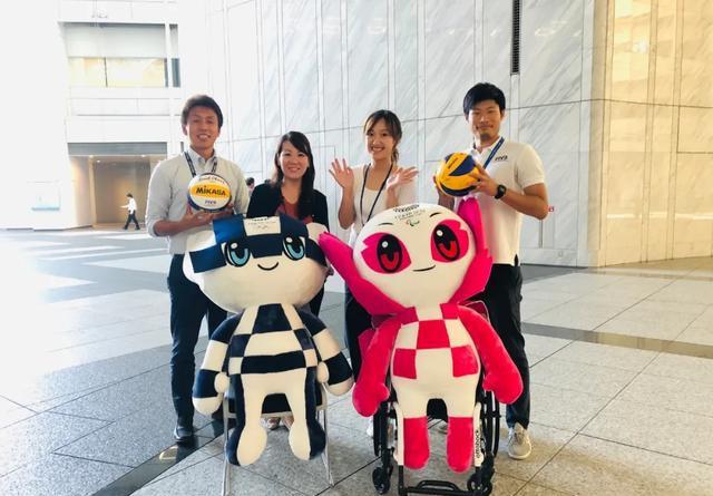 胡蕴倩(右二)和她的同事们