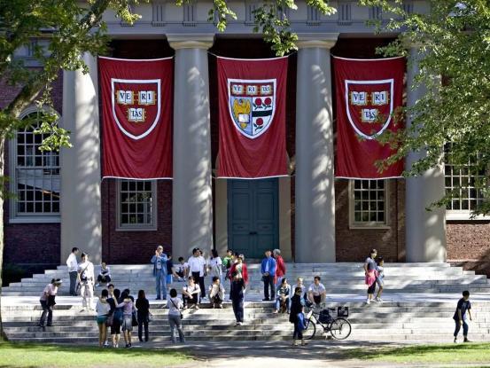 ▲深红色是哈佛大学的官方色,犹如清华大学的紫色一样