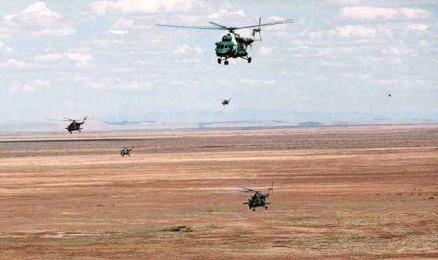 ▲直升机群高原转场飞行