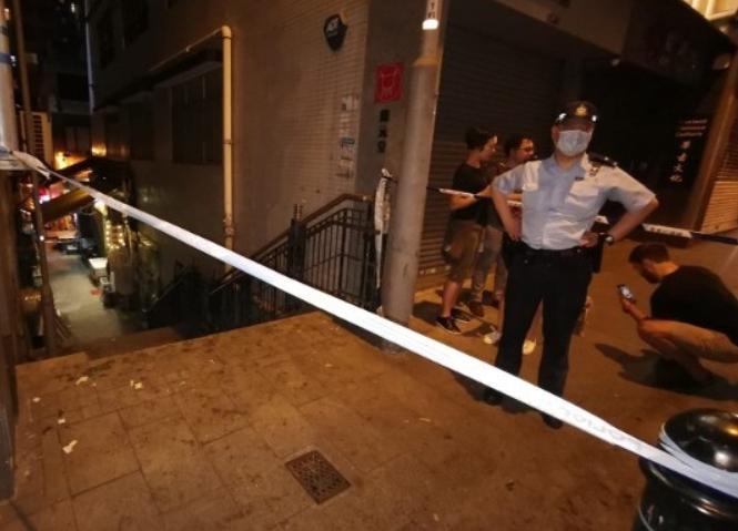 【做外链】_香港闹市惊现爆炸物 拆弹专家现场引爆震天巨响