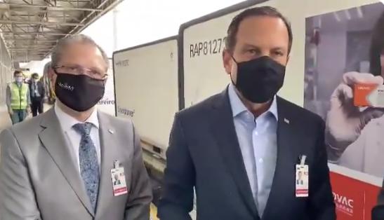 圣保罗州长多里亚(右)在机场迎接疫苗。图源:多里亚推特