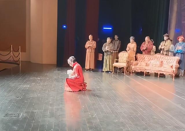 刘晓庆再演少女_一身红衣婀娜,为答谢观众跪地 八卦 第9张