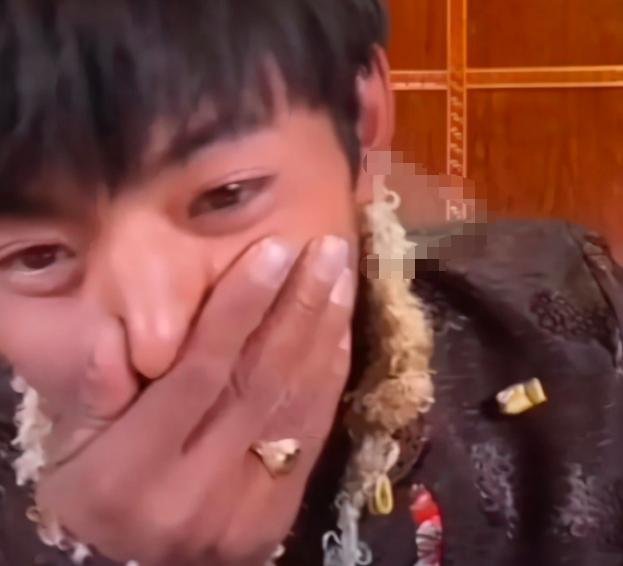 网红丁真被曝穿上千元外套,戴金戒指用近万元手机,评论却反转 八卦 第11张