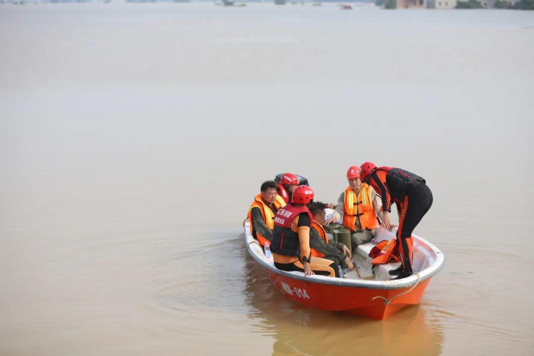 由于决口两岸较远,救援人员需利用冲锋舟往返输送人员、物资等。