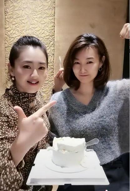 (月亮姐姐视频中可爱俏皮的李梓萌)
