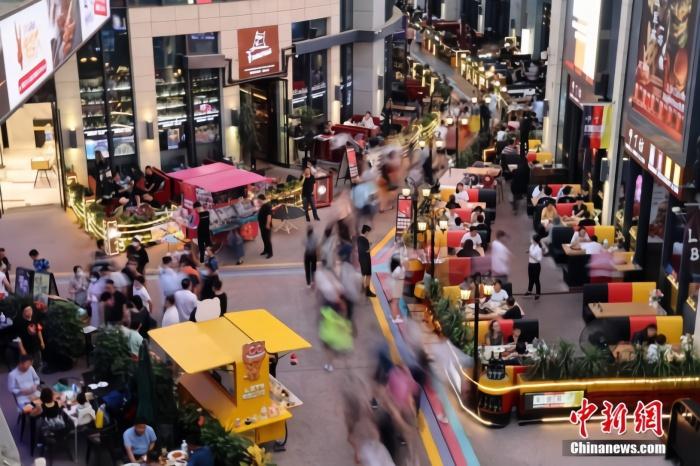 2020年8月8日傍晚,市民在北京华熙LIVE逛街购物。中新社记者 盛佳鹏 摄