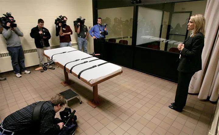 """图说:犯人被捆绑在这样的床上被注射""""毒液""""等待死亡。图源:GETTY IMAGES"""