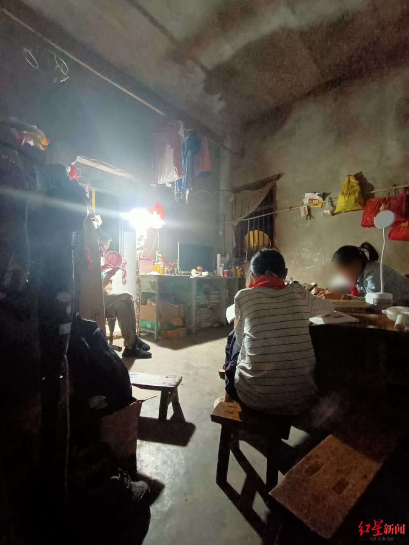 小馨一家三口租住在学校旁10平米左右的民房