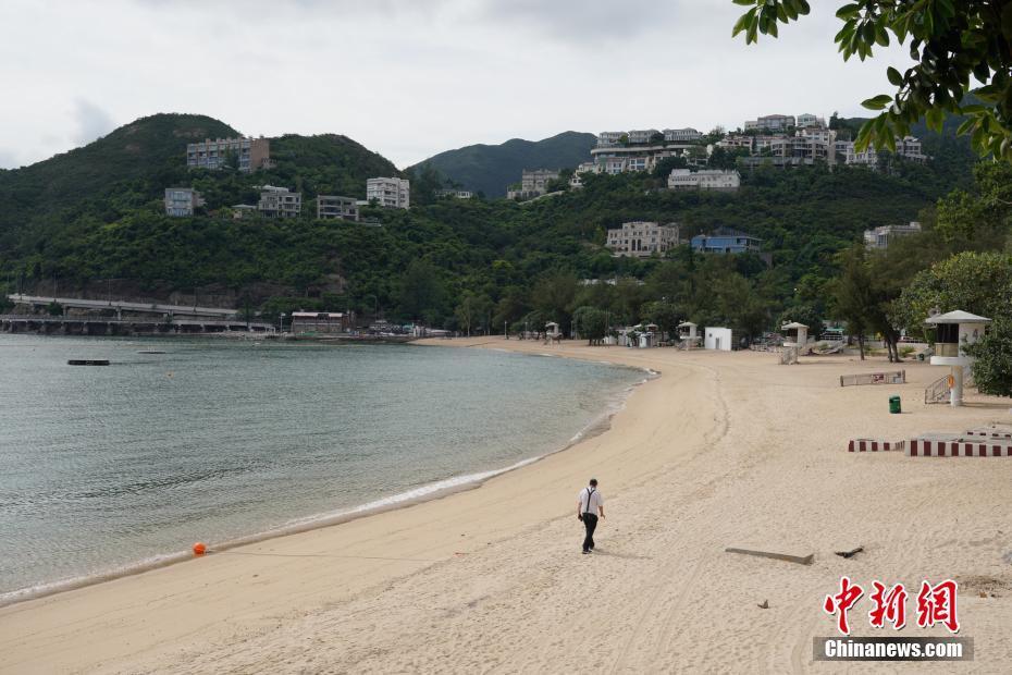7月25日,香港深水湾泳滩已经封闭,海滩上除工作人员外空无一人。香港康乐及文化事务署当天宣布,因应新冠肺炎最新情况,康文署辖下所有泳滩已经关闭,泳滩的设施暂停开放,进入已封闭的沙滩属违法行为,一经定罪可被罚款2000港元及监禁14天。康文署呼吁市民尽量留在家中,不要前往沙滩游泳或日光浴,减低病毒在社区传播的风险。中新社记者 张炜 摄