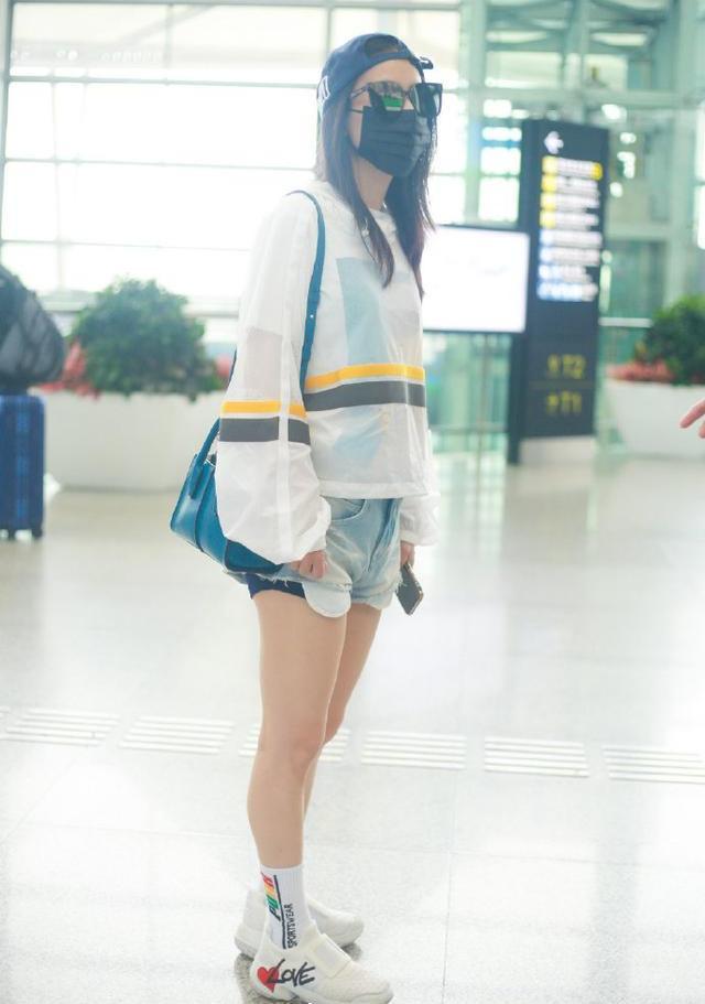 名门泽佳:黄圣依反戴棒球帽走机场清新减龄对镜撩发效果超霸气