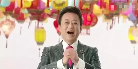 央视主持人合体唱歌,朱军露面站C位,社交账号仍限制评论