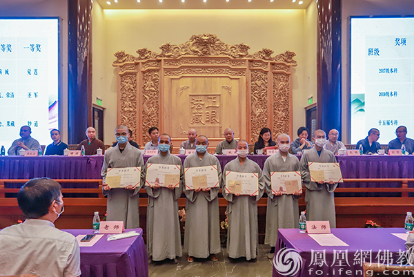 荣获三等奖的学僧(图片来源:凤凰网佛教 摄影:江苏佛学院寒山学院)