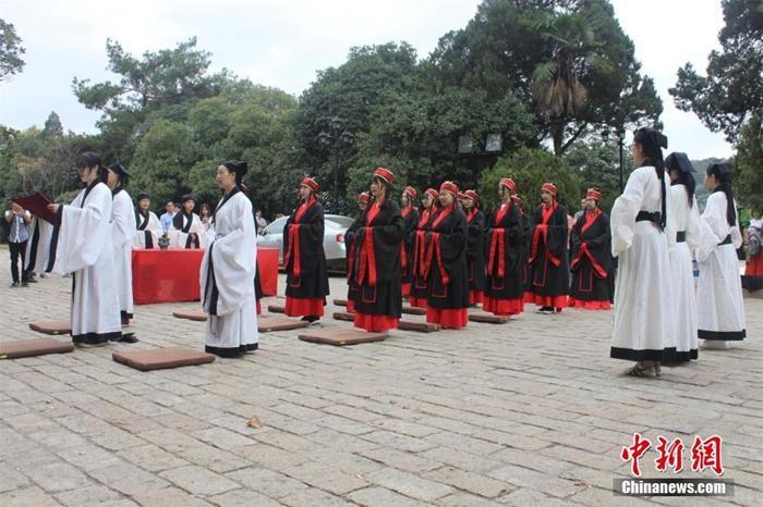 """资料图:武汉大学国学班学生身穿汉代朱子深衣,行""""释菜礼"""",纪念中国先贤孔子诞辰2567年。现场,武大学子通过行跪拜礼、鞠躬礼,诵读祭文等方式,表达对先贤及传统文化的尊崇。释菜礼,是中国流传下来的两大祭孔礼之一,也是古时读书人在入学时所行的一种典礼,是古代学子表达尊师重道的一种方式。梁婷 摄"""