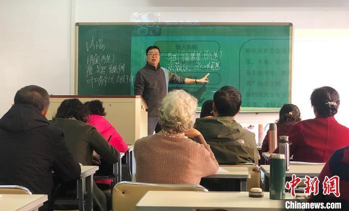 资料图: 老人在长春中医药大学老年课堂上课。 郭佳 摄